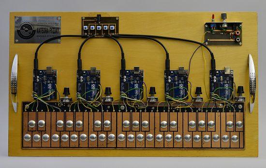 Zapojenie 5 Arduín do digitálneho syntetizátora
